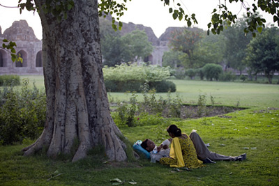 A couple in the grounds of the Purana Qila